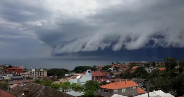 Watch: Ominous shelf cloud rolls in over Sydney beach