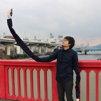 This man thinks selfie sticks are embarrassing, so he made a 'selfie arm'