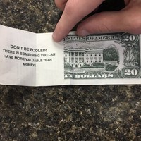 A waiter received a hilariously mean tip from a customer, and it's outraged the internet