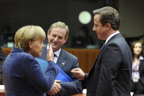 Enda Kenny speaks with Angela Merkel and UK PM David Cameron at last night's talks