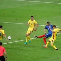 Payet's super strike gives France victory in their Euro 2016 opener