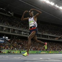 Mo Farah falls, then takes gold in the 10,000m Olympic final