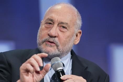 Joseph Stiglitz speaking and Columbia University in 2015