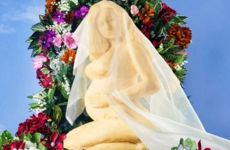 Someone recreated Beyoncé's pregnancy announcement with 45lbs of cheese... it's The Dredge