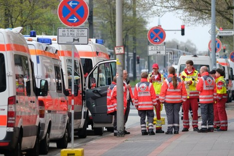 Rescue forces prepare for the evacuation in the district of Vahrenwald in Hanover.