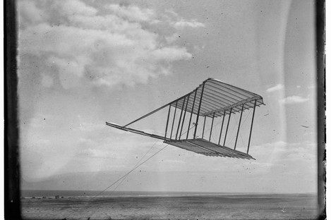 The 1900 Wright glider before installation of forward horizontal control surface, flying as a kite.