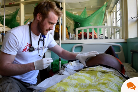 Dr Eamonn Faller provides treatment at the Homa Bay Hospital in Kenya © Médecins Sans Frontières