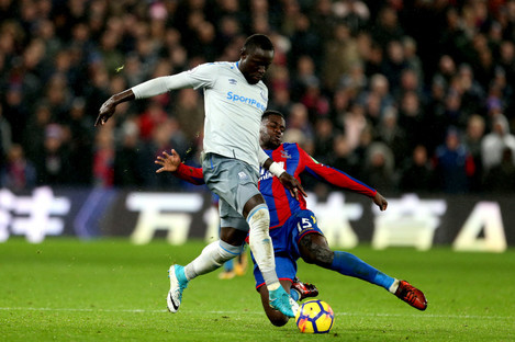 Niasse in action against Jeffrey Schlupp of Palace.