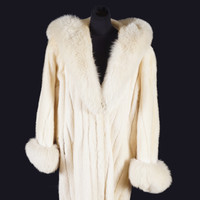 Maureen O'Hara's fur coat and jewellery to go to auction this week