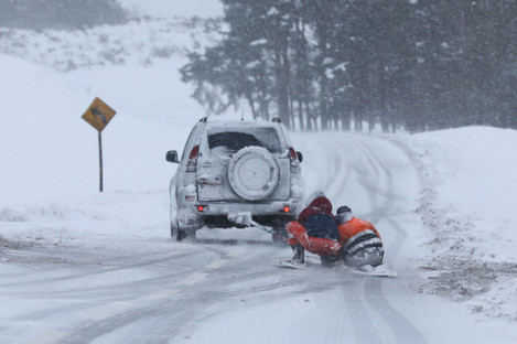 Two people on a makeshift snowboard were towed behind a jeep on the R413 road through the Curragh in County Kildare, over one hour after yesterday's 4pm curfew