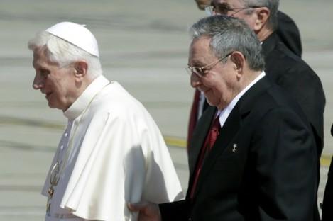 Pope Benedict XVI walks with Cuba's President Raul Castro
