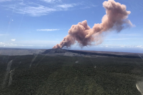 Ash plume rises above the Puu Oo vent
