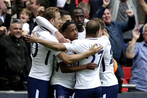 Tottenham celebrate with Harry Kane