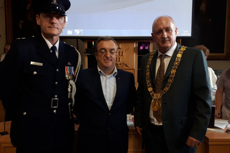Ring (right) with former Lord Mayor Micheál Mac Donncha (centre) in City Hall today.