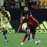 Mourinho hails Dutch teenager Tahith Chong after impressive Man United cameo