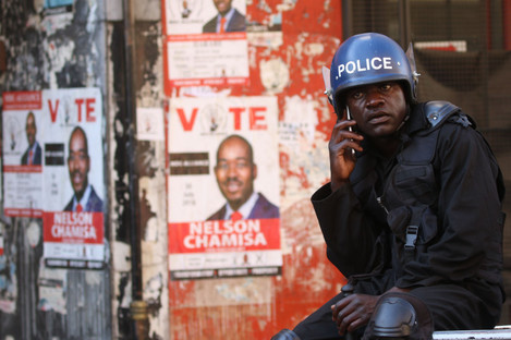 An anti-riot policemannear the headquarters of the opposition MDC Alliance in Harare.