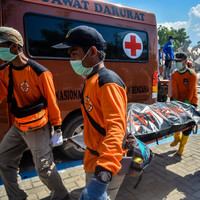 Indonesia reluctantly accepts international help as it struggles to reach 200,000 desperate victims