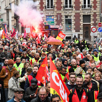 The yellow vests: Dozens block fuel depot as PM to meet with protesters