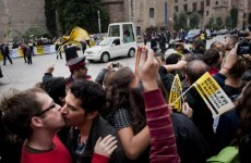 Barcelona welcomes pope with gay 'kiss-in'