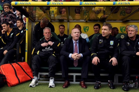 Alex McLeish on the bench at Carrow Road yesterday.