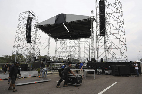 """Workers build the stage for the upcoming """"Venezuela Aid Live"""" concert at the Tienditas International Bridge"""