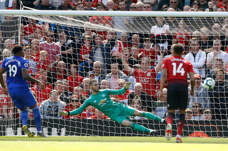 Cardiff City's Nathaniel Mendez-Laing (left) scores his side's first goal of the game.