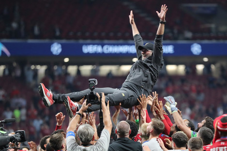 Liverpool players lift manager Jurgen Klopp after winning the Champions League.