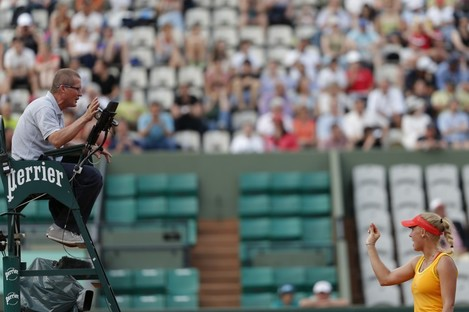 Wozniacki argues with the umpire yesterday at Roland Garros.
