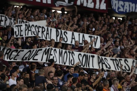 Metz's supporters hold banners with homophobic connotations.