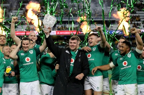 Johnny Sexton and Peter O'Mahony lift the Lansdowne Cup in Sydney.