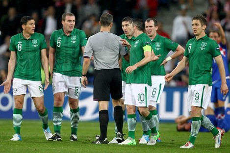 The Irish players protest to the referee.