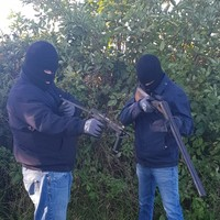 Gardaí identify members of feuding gangs who posed with machine guns in Longford graveyard