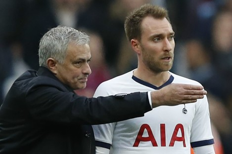 Jose Mourinho speaks to Christian Eriksen.