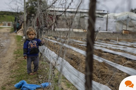 A Palestinian boy stands in front of a fence in the northern Gaza Strip. (Photo by Mahmoud Issa / SOPA Images/Sipa USA)
