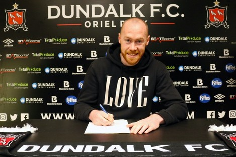 Chris Shields pens his new deal with Dundalk.