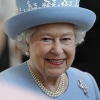 Queen to meet McGuinness in Belfast – but still no decision on handshake photo