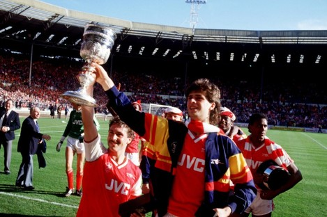 Sansom (left) holds the League Cup along with his friend, Niall Quinn.