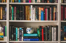 Masterclass: How to organise a messy bookshelf in 4 simple steps