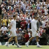 Wimbledon Mens' Final: Murray wins first set against Federer