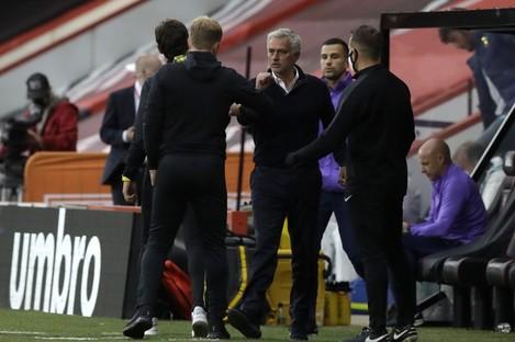 Howe and Mourinho greet post-match.