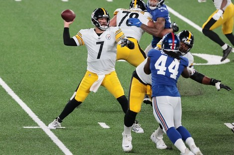 Pittsburgh Steelers quarterback Ben Roethlisberger (7) throws the ball during the first half.