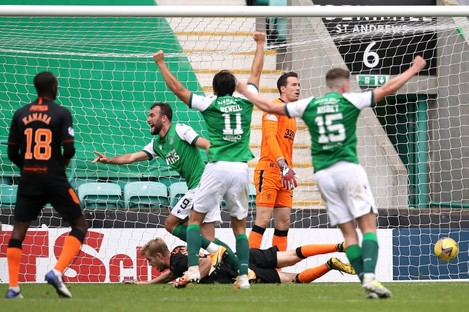Hibernian's Christian Doidge (centre) celebrates scoring his side's second goal of the game.