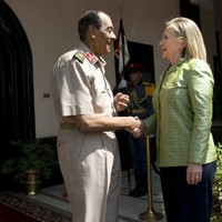 """Clinton urges Egypt to commit to """"strong democracy"""""""