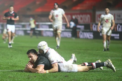 Rhys Webb scores his side's second try.