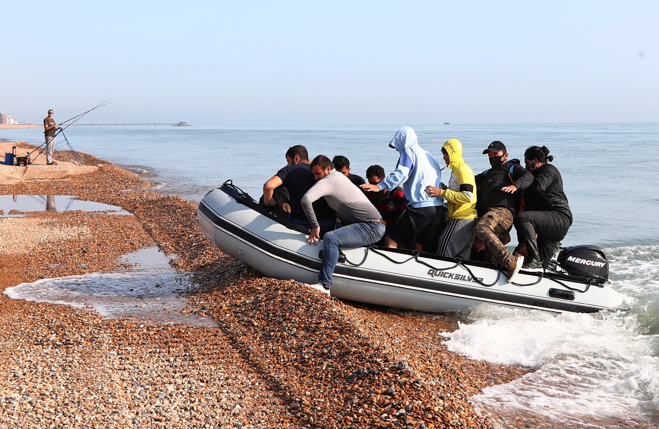 Channel crossings: More officers to patrol French beaches
