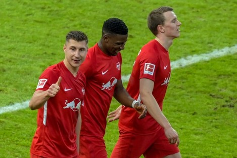 Willi Orban (l) celebrates after scoring the third goal.