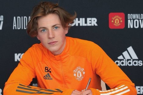 Charlie Savage signs a professional contract with Manchester United.
