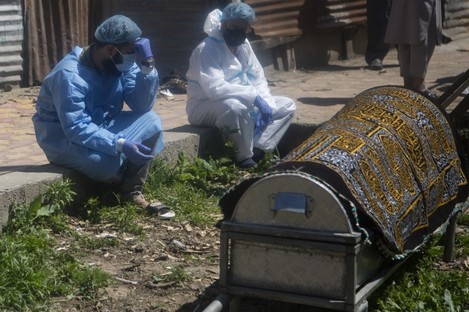 Relatives mourn near a coffin containing the body of a person who died of Covid-19 in Srinagar, India, today.