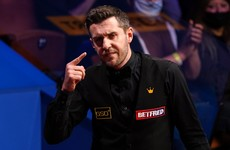 Mark Selby retains three-frame lead over Shaun Murphy to close in on world title