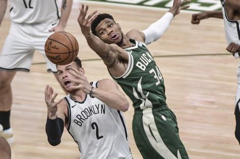 Milwaukee Bucks forward Giannis Antetokounmpo (34) and Brooklyn Nets forward Blake Griffin (2) reach for a rebound.